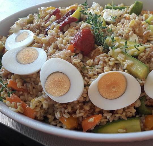 Insalata cinque cereali integrali, verdure al vapore, olio extravergine di oliva, curcuma, timo fresco... leggera e gustosa... sana.