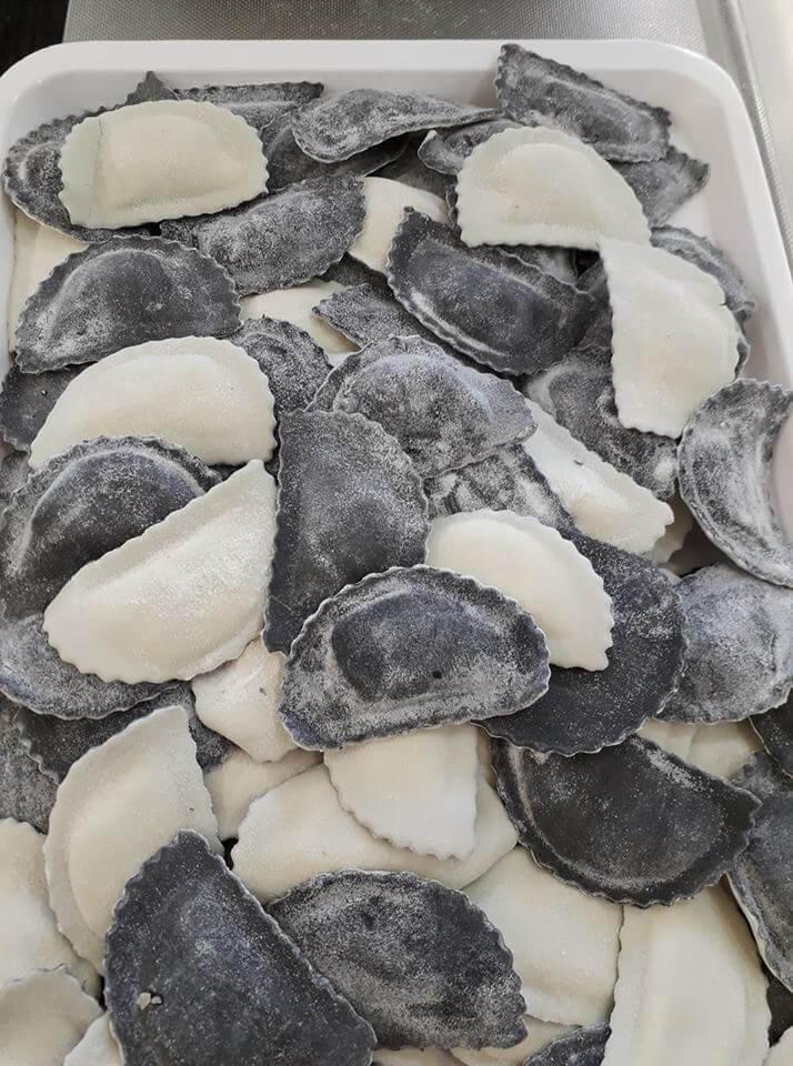 Mezzelune bicolore al nero di seppie ... ripieno di salmone, nasello, gallinella persico e ricotta!!